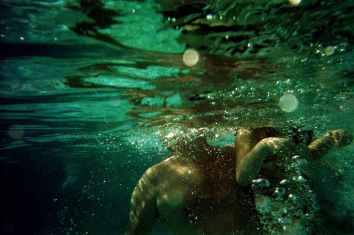 Fotografía de persona bajo el agua