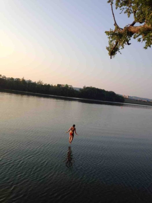 Mujer a punto de caer en agua