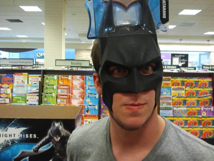 Foto hombre disfrazado de Batman