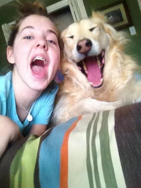 Foto niña con perro