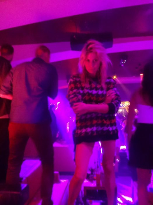 Mujer en club nocturno