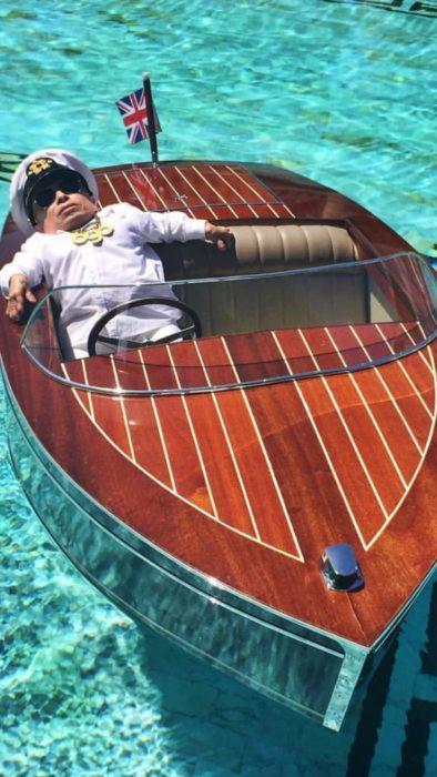 Foto de Verne Troyer dormido en un barco