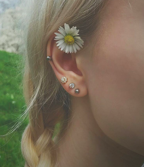 con una flor silvestre en el oido