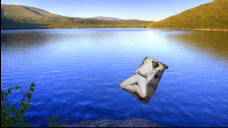 Pasante medicina se queda dormido. Photoshop en medio de un lago