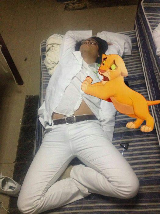 Pasante medicina se queda dormido. Photoshop rey leon