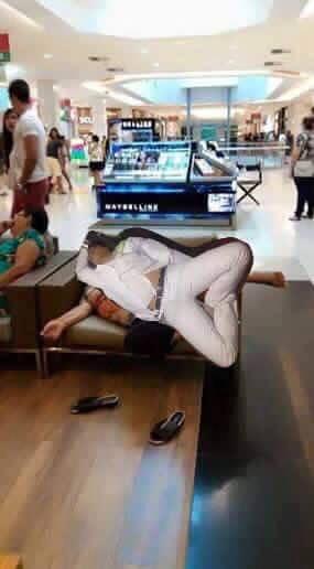 Pasante medicina se queda dormido. Photoshop dormido en un centro comercial