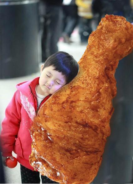 con una pierna de pollo
