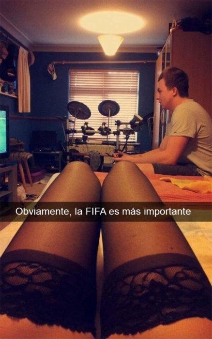 Snapchat Divertidos. Mujer en medias y hombre jugando fifa