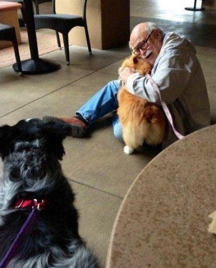 Abuelo abraza a perro