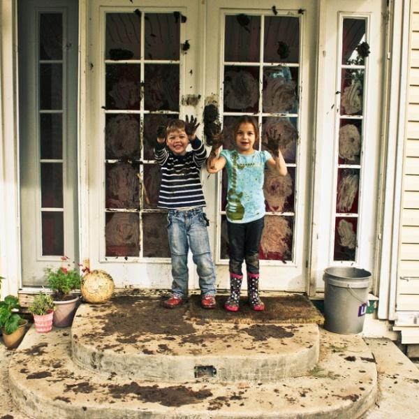 Dos niños llenaron de lodo las ventanas de la casa