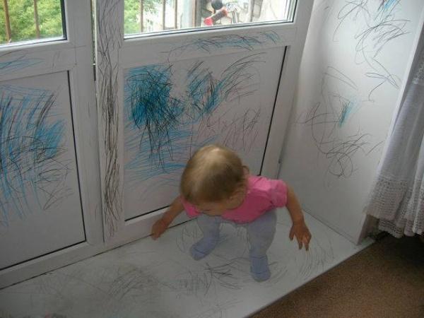 Niña borroneó todas las paredes blancas