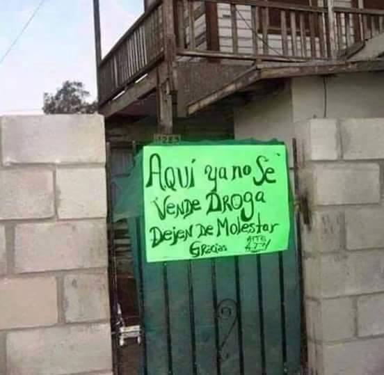 Un letero en una casa que dice que aquí ya no se vende droga, dejen de molestar