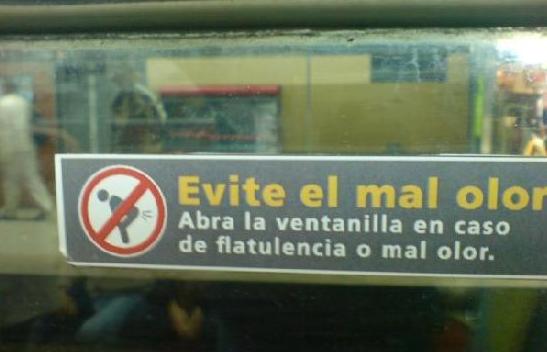 letrero en camión que dice que en caso de flatulencia abrir la ventana