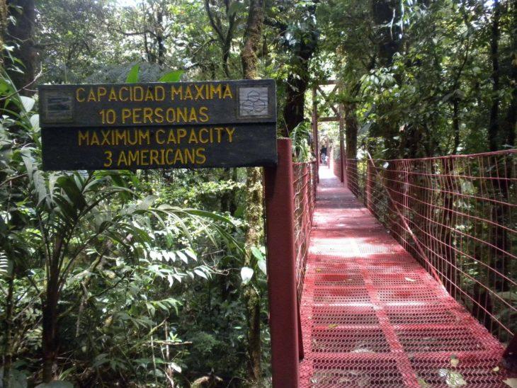 Letrero en un puente que advierte sobre la capacidad máxima d epersonas
