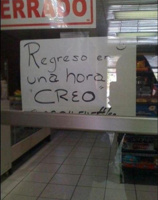 """Letrero en una tienda que dice regreso en una hora """"creo"""""""