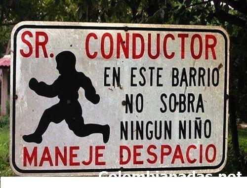 letrero que dice señor conductor en este barrio no sobra ningún niño maneje despacio