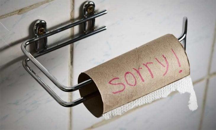 no hay papel en el baño