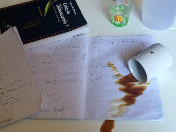 cafe derramado sobre la tarea
