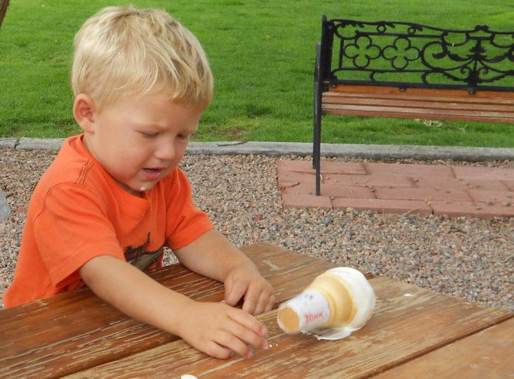 niño derrama su helado