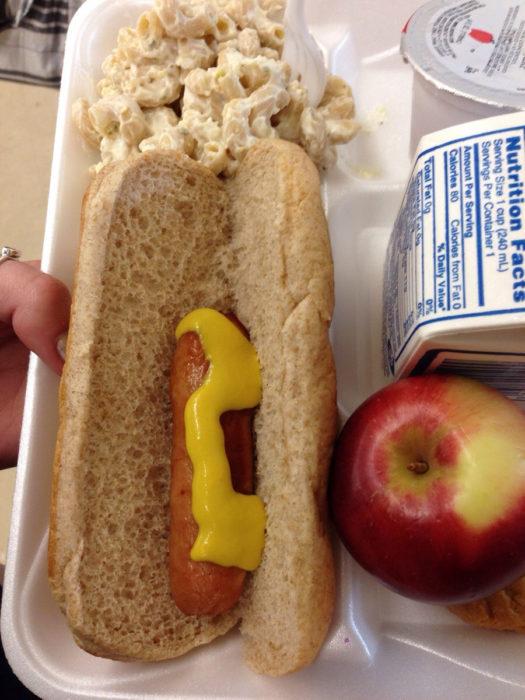 salchicha pequeña en pan grande de hot dog