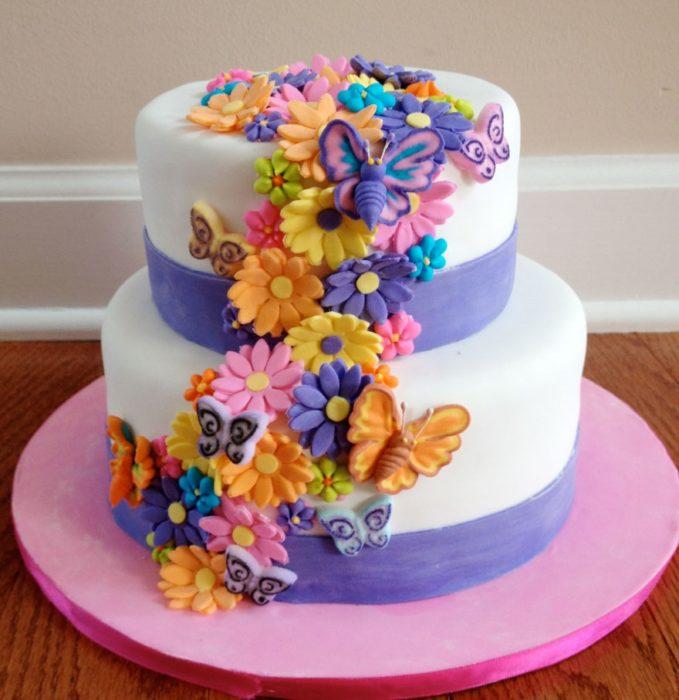 pastel con flores y mariposas