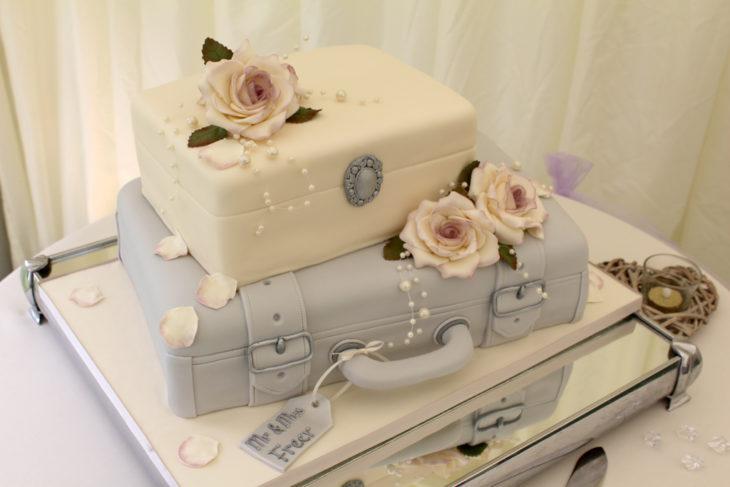 Pastel de bodas con dos maletas