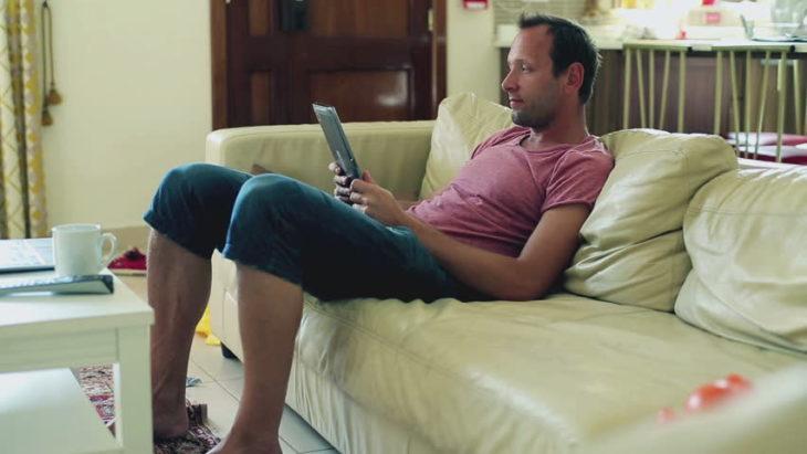 hombre en un sofa