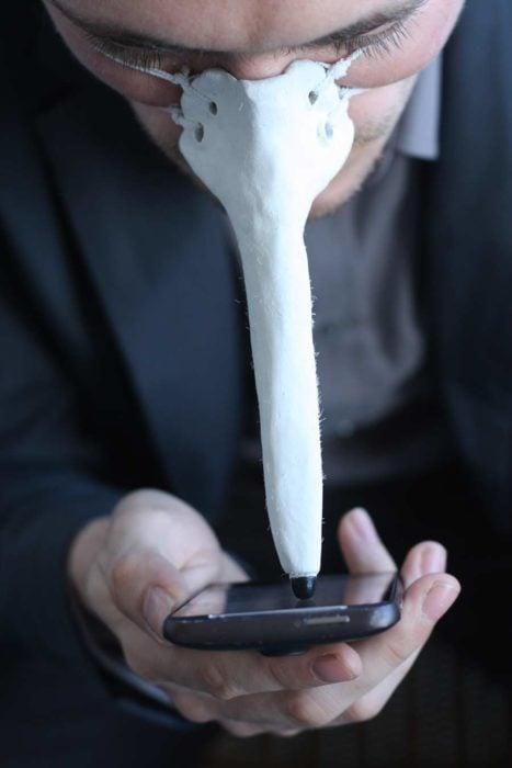 Pico en la nariz con la punta tactil para los celulares