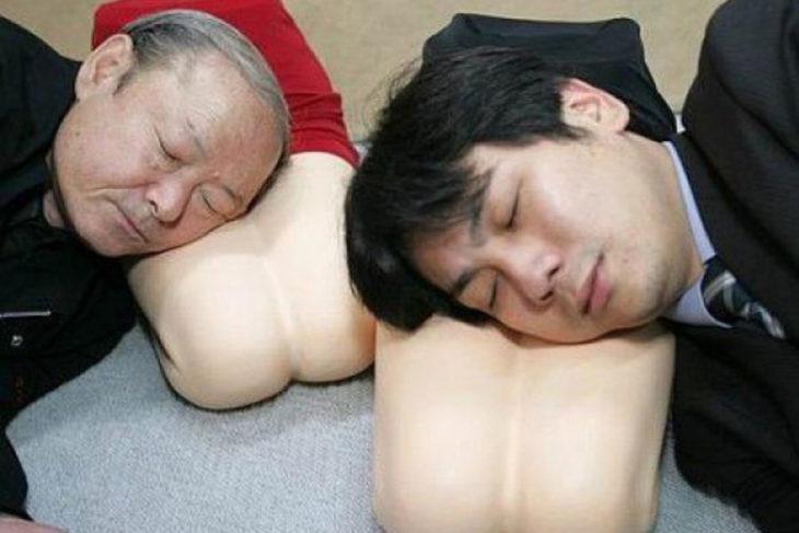 almohada con la forma de piernas de mujeres