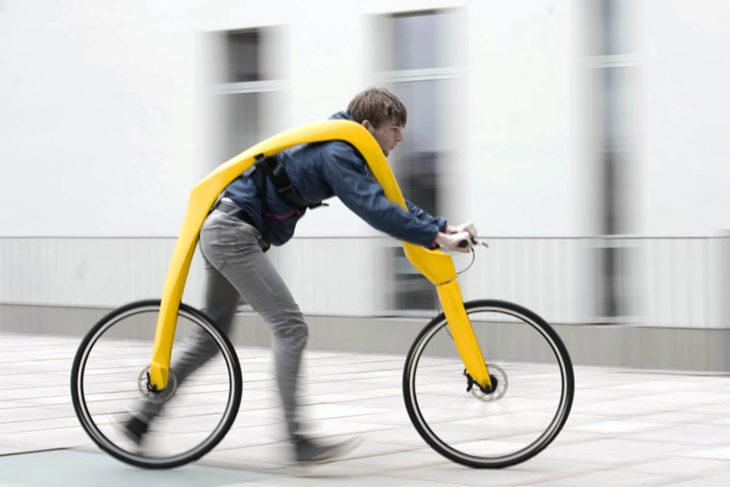 Bicicleta sin pedales ni asiento para quela persona vaya caminando y dirigiéndo el manubrio
