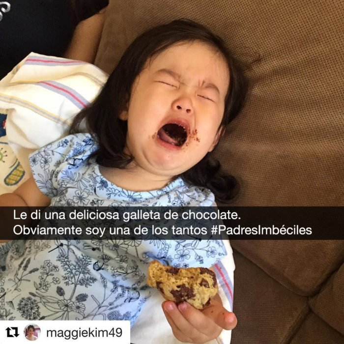 niña llora con una galleta de chocolate