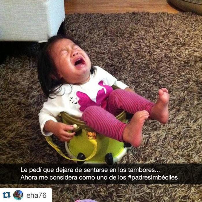 niña llora sentada en un tambor