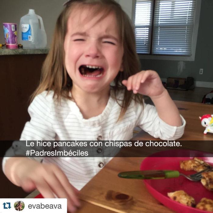 niña llora en la mesa