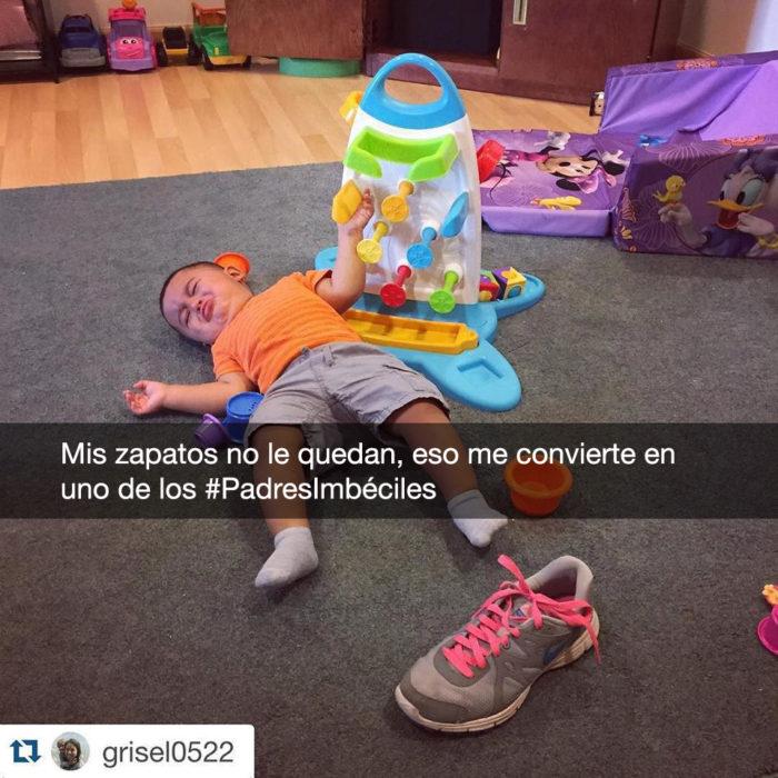 niño llorando porque no le quedan los zapatos de su mamá
