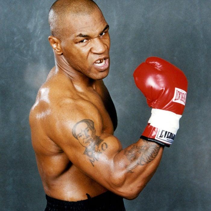 Mike Tyson muestra su puño