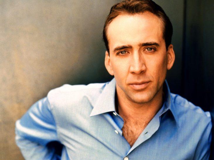 Nicholas Cage con camisa azul