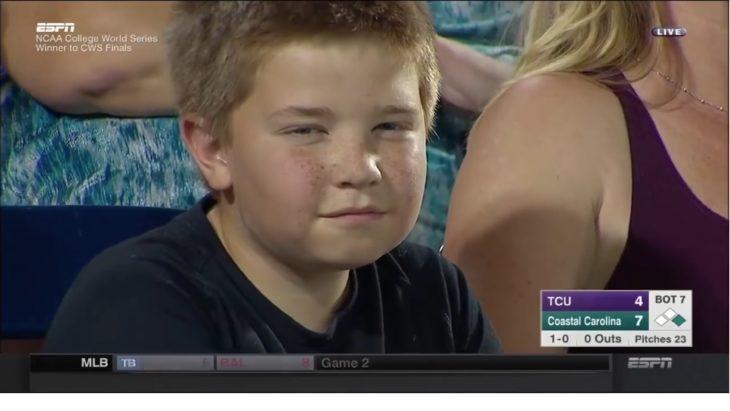 Niño en los NCAA College World Series finales de beisbol mirando fijamente a la cámara