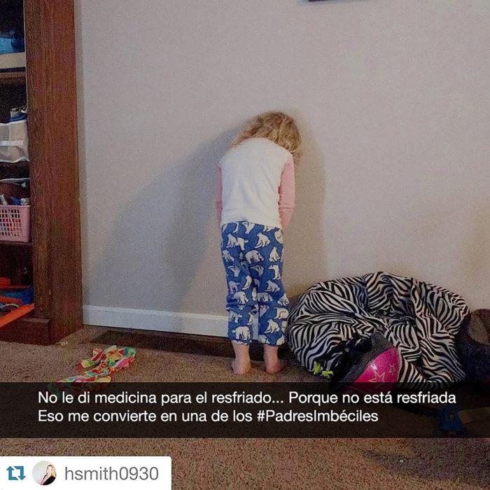 niña llora contra la pared