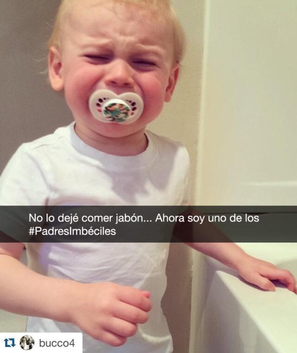 niño llora porque no lo dejan comer jabón