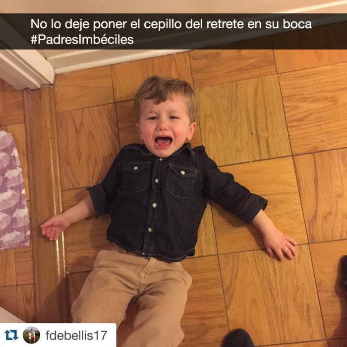 niño llora en el piso