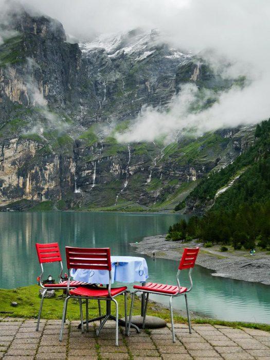 sillas rojas con vista al lago