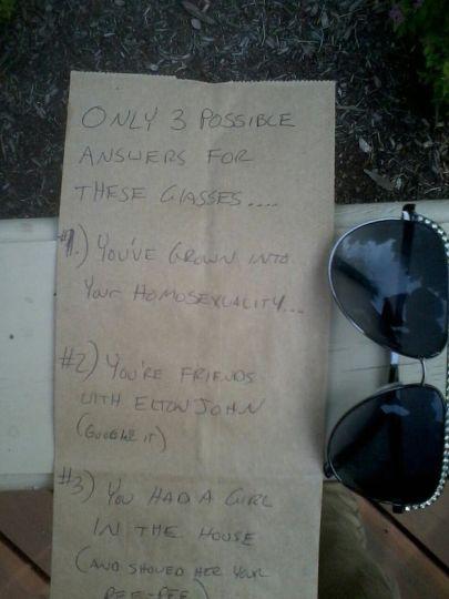 una nota de papel al lado de unos lentes oscuros