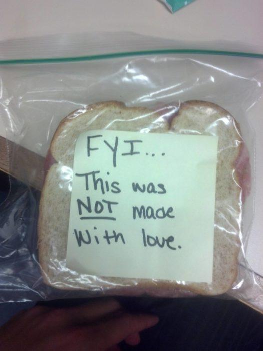 una bolsa con un sandwich adentro y una nota que dice que no fue hecho con amor