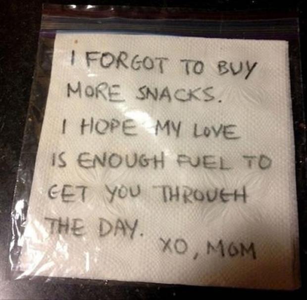 una bolsa con servilletas adentro y escrito que dice que se le olvidó su almuerzo