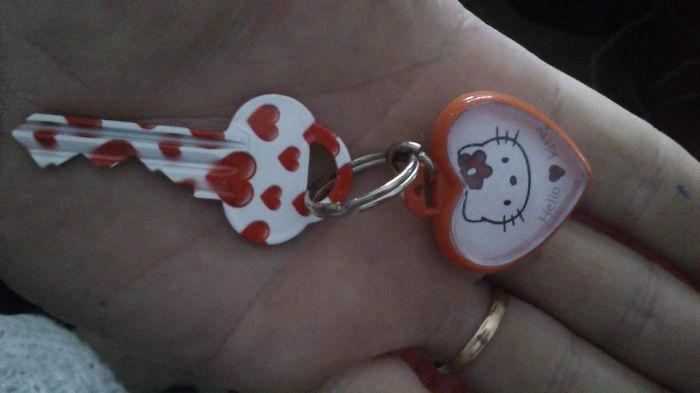 una llave de casa con corazones y un llavero de hello kity