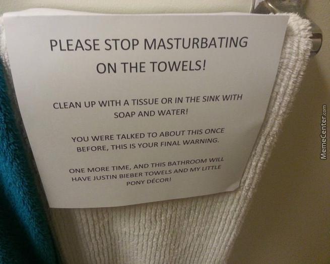 letrero en las toallas de baño que dice que deje de masturbarse con ellas