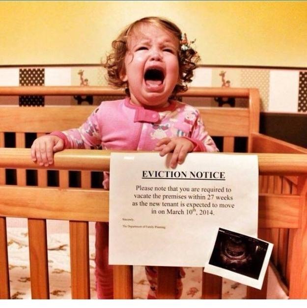 aviso de desalojo para una bebé porque sus papás están esperando otro hijo, la bebé está llorando en la cuna