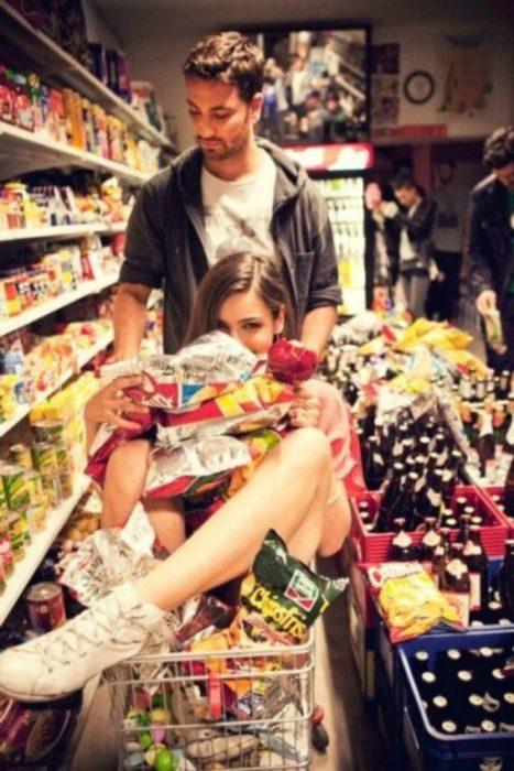pareja joven en el supermercado