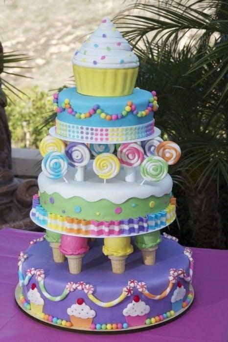 Pastel de cupcakes nieve y dulces