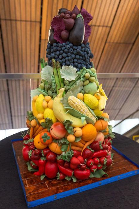 Pastel con forma de frutas y verduras apiladas